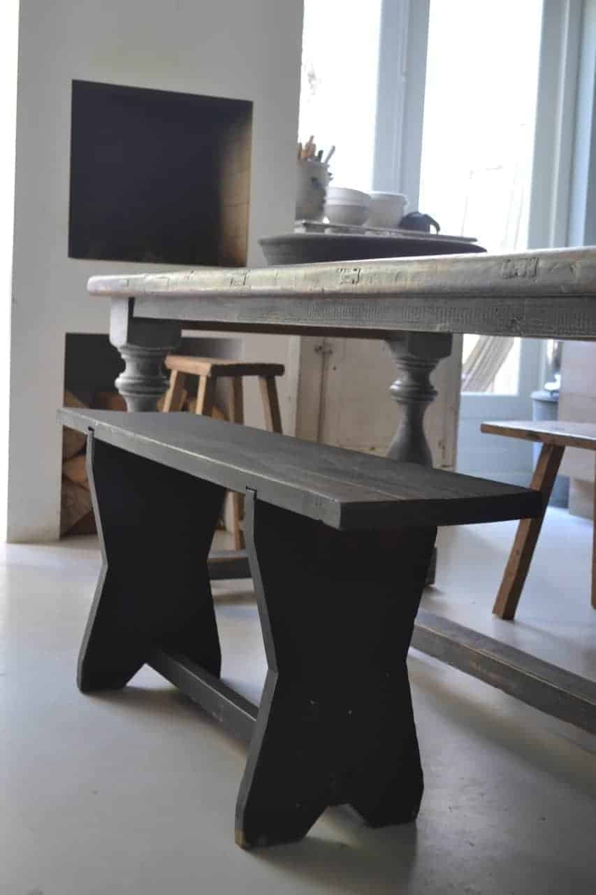 Oud houten bankje opgeknapt en geschilderd met een off black kleur van Pure & Original.