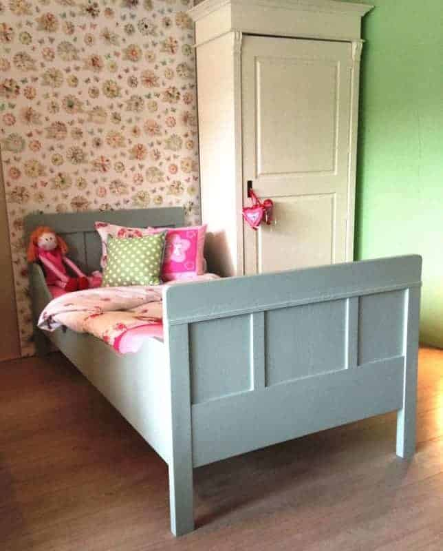 Oud antiek bed kleur oud groen 140 breed en 2 meter lang. Super op de kinderkamer met lattenbodem.