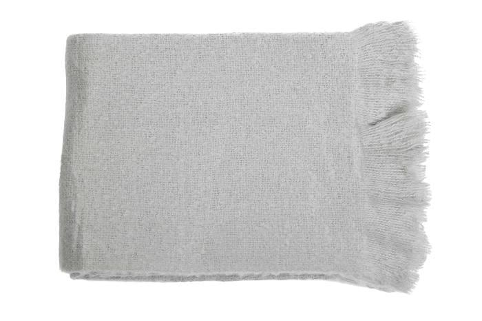 Onmisbaar op een herfstige avond deze fijne zachte dekens van MrsBloom. lengte: 170 cm breedte: 130cm materiaal: acryl Kleur: Stone (lichtgrijs met een vleugje groen)