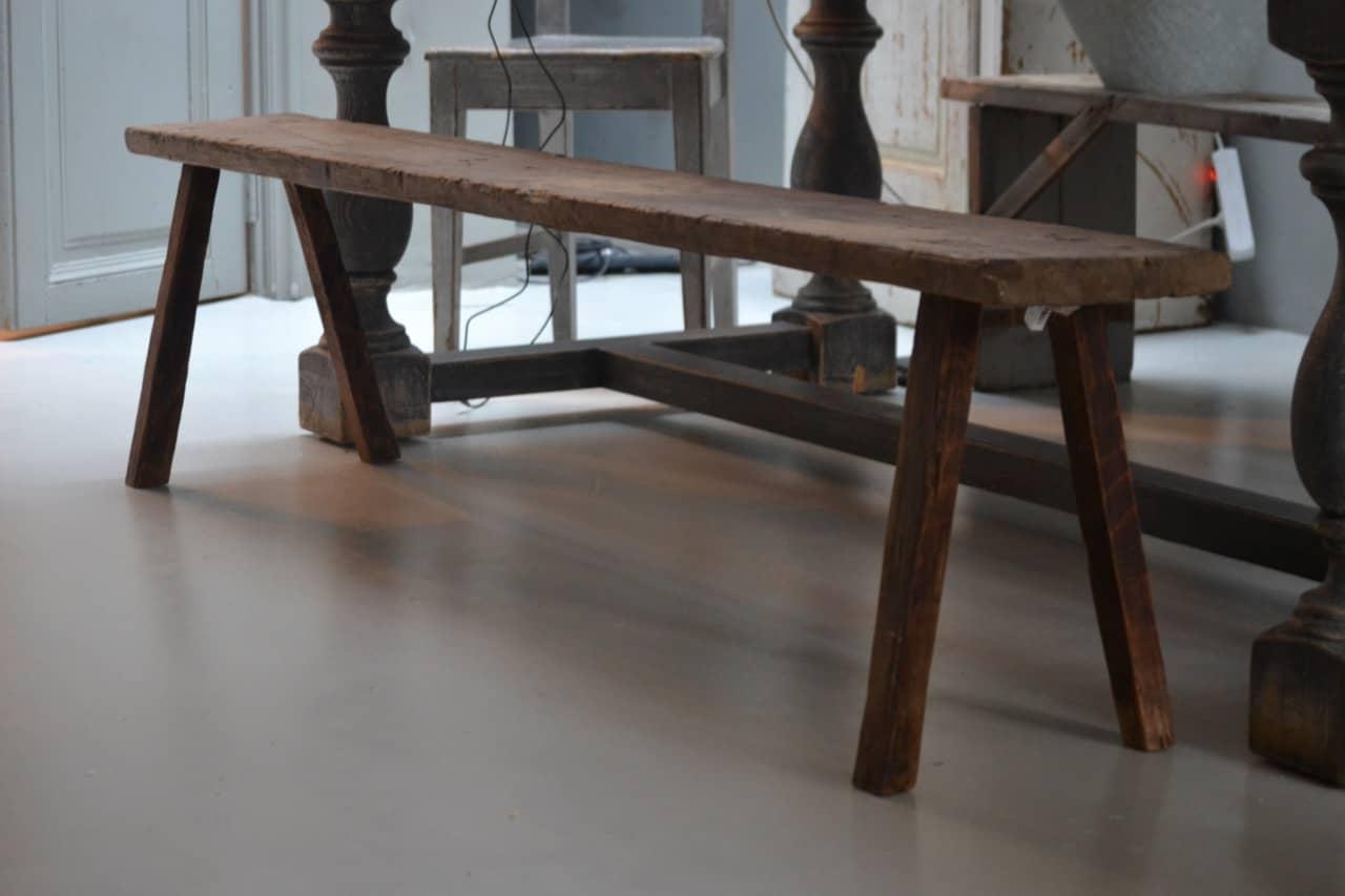 Dit houten bankje is gemaakt van oud hout. Het formaat van dit bankje maakt hem geschikt voor meerdere doeleinden. Natuurlijk kun je hem aan de eettafel schuiven, maar hij doet het ook leuk als bankje in de gang, onder de kapstok. Of als salontafel of als alternatief tv-meubel. Genoeg mogelijkheden te bedenken.