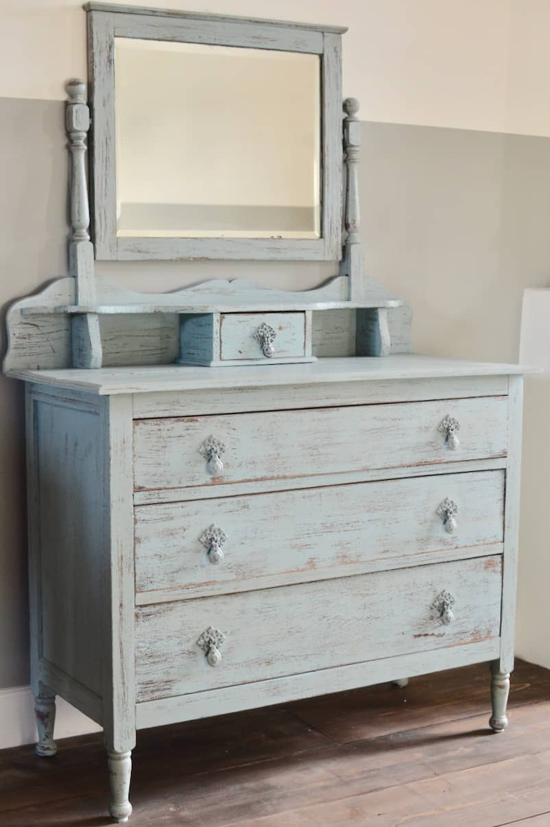 Mooie brocante ladenkast met oude spiegel erop 3 lades en bovenop een kleine mooi beslag. Maten b 98 d 45 h 78 totale hoogte 150…