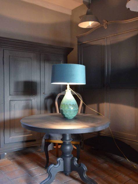 Biedermeier ronde tafel opgeknapt en geschilderd in off black van Farrow & Ball. Ronde eettafels zijn gezellig en perfect voor wat kleinere ruimtes. doorsnede 101,5 en 76 hoog. Tafel is zeer stevig
