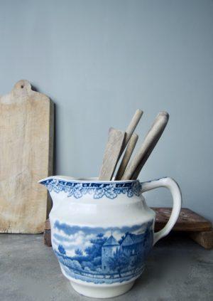 Boerenhoeve blauwe porseleinen kan Kan nr. 1 is 17,5 cm hoog, diameter met handvat is 24,5 cm