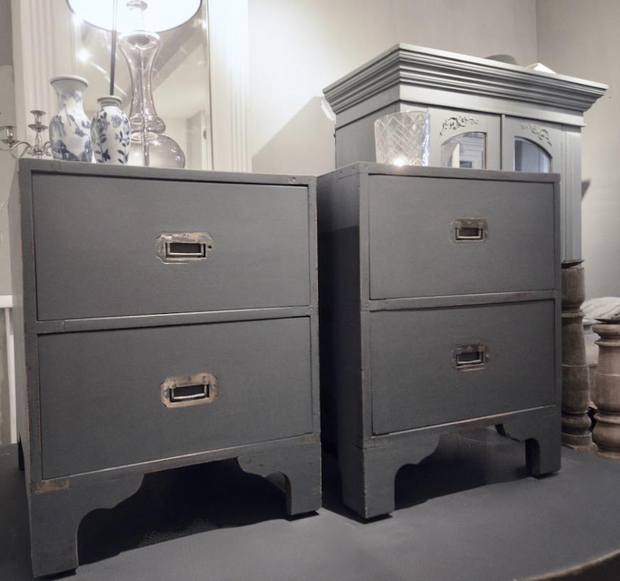 Twee identieke nachtkastjes. Geschilderd in de kleur off black. H 54 /B47/D45.