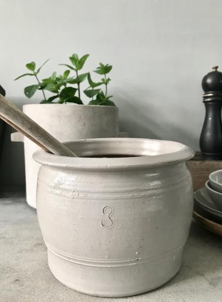 Oude Franse gres pot in de kleur lichtgrijs. Leuk voor pollepels of uien.