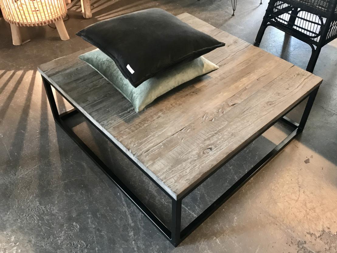 Vierkante Salontafel gemaakt van oud elmwood hout met ijzeren onderstel ook wel driftwood genoemd. Afmeting 100x100xH36cm