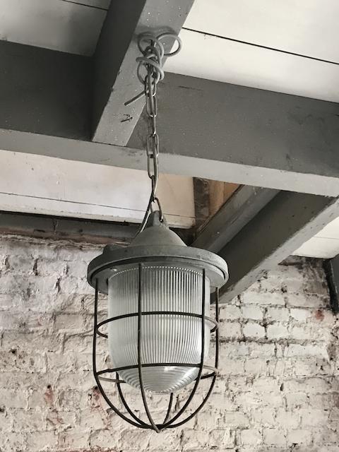 Oude Industriele Bully Hanglamp Lamp Kooilamp Bunkerlamp. In zeer goede staat werkend